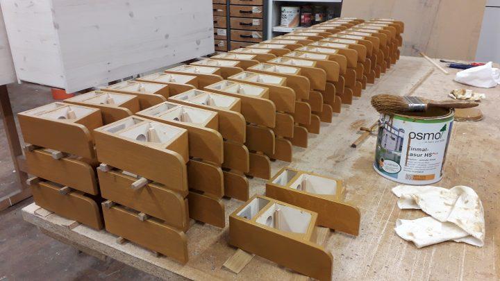 Hummelpension Vorbau wird außen von Hand lasiert und innen naturbelassen.